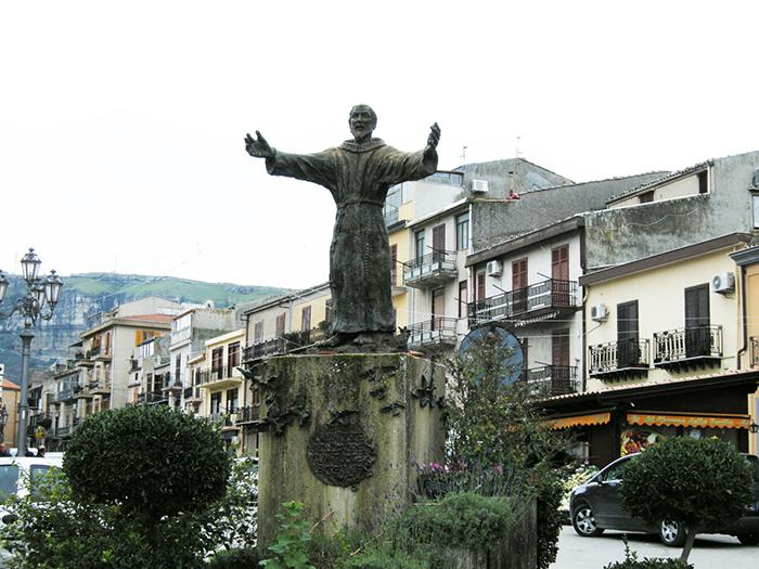 ファルコーネ銅像